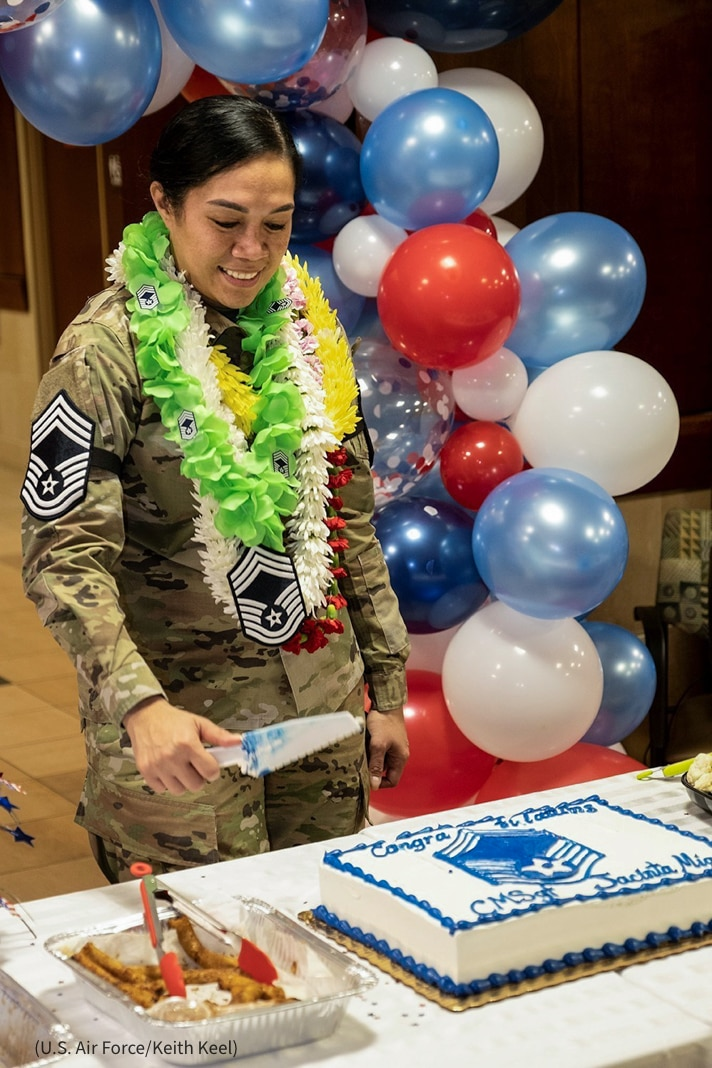 Mujer en uniforme militar cortando una torta (U.S. Air Force/Keith Keel)