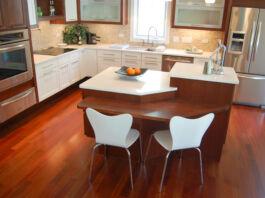 باورچی خانے میں مختلف اونچائیوں ہر بنائے گئے کاؤنٹر (© Susanne Tauke/LIFEhouse™)