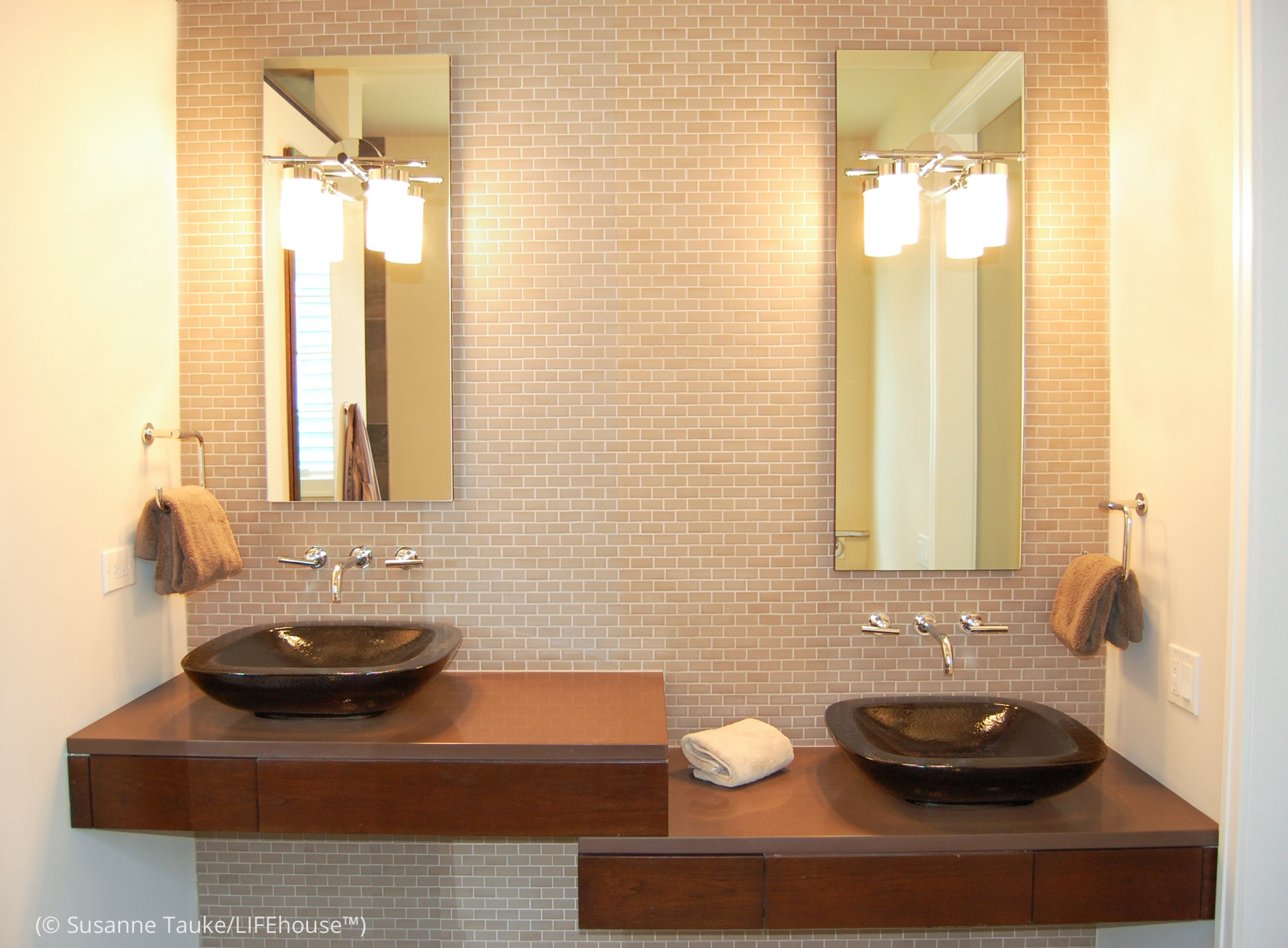 Two bathroom vanities at different levels (© Susanne Tauke/LIFEhouse™)