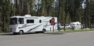 一辆大型A级房车和一辆SUV拖带的房车正在开进黄石公园的峡谷露营地Canyon Campground(黄石公园网站)