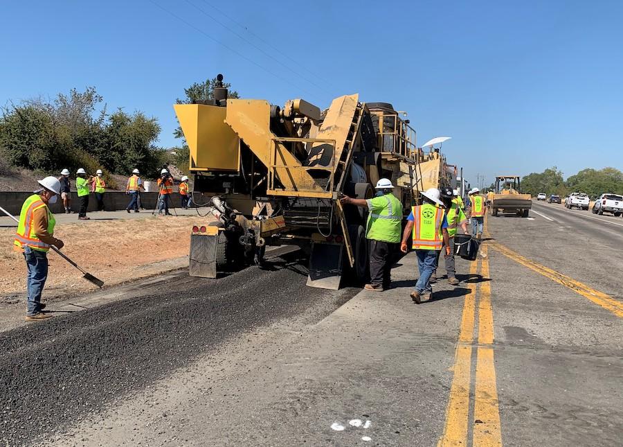工人正在用新技术翻修路面(加州运输局)