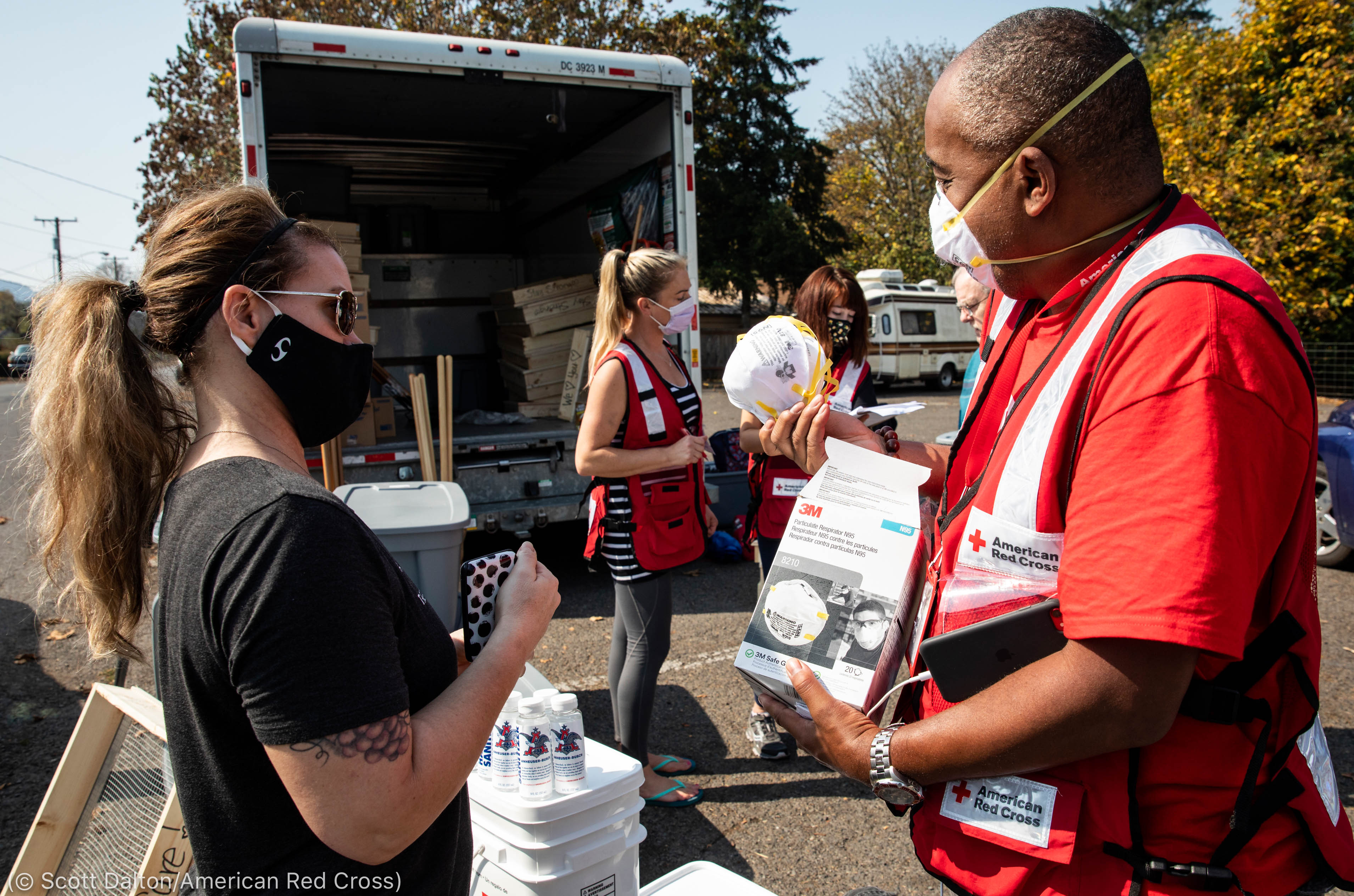 Volunteers handing out N95 masks (© Scott Dalton/American Red Cross)