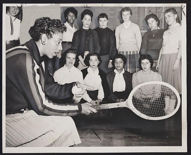 阿尔丝娅·吉布斯(Althea Gibson)是美国第一位斩获法网公开赛(1956年)和温布尔登(1957年)女网单打冠军的运动员,她也是一位非裔高尔夫球运动员。这是她在给大学生球员们传授经验。(国会图书馆)