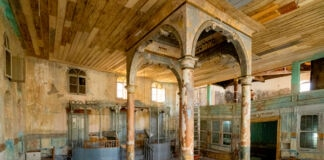 Exposed beams, walls and ceiling of main hall of Etz Hayim synagogue (© Yusuf Tuvi)