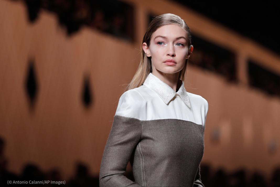2018年,模特吉吉·哈迪德在米兰时装周(Milan Fashion Week)上展示时装品牌芬迪(Fendi)的设计。(© Antonio Calanni/AP Images)