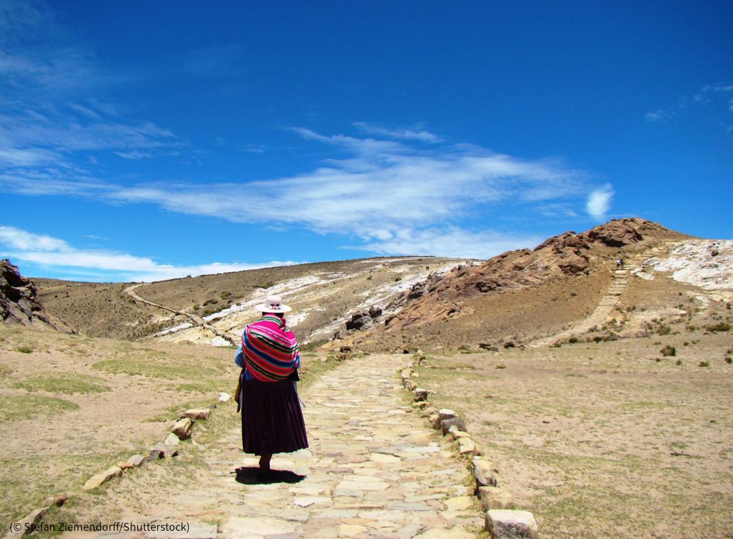 Mujer caminando por un sendero (© Stefan Ziemendorff/Shutterstock)