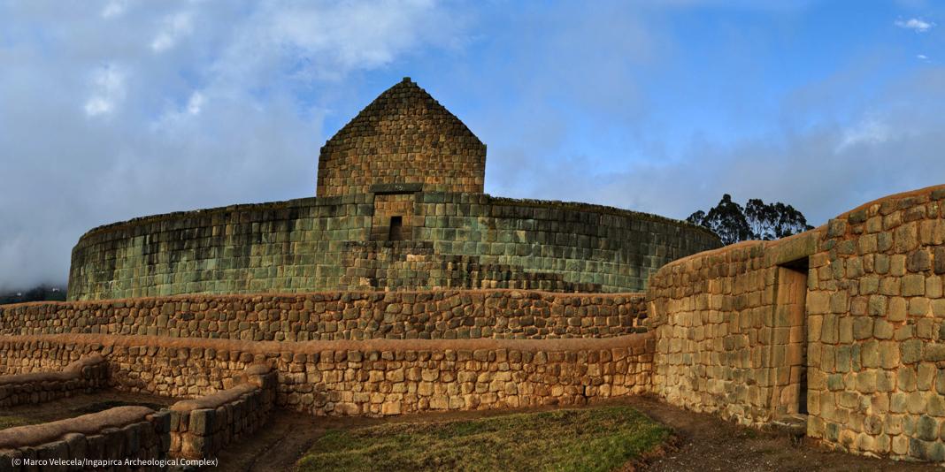 Antigua estructura de piedra rodeada por un muro (© Marco Velecela/Complejo Arqueológico de Ingapirca)