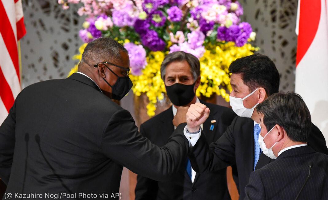 Lloyd Austin se toca el codo con Nobuo Kishi mientras Antony Blinken y Toshimitsu Motegi observan (© Kazuhiro Nogi/AP Images)