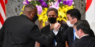 Lloyd Austin bate cotovelos com Nobuo Kishi enquanto Antony Blinken e Toshimitsu Motegi observam (© Kazuhiro Nogi/AP Images)