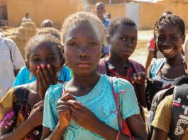 Un groupe d'enfants regardant un appareil photo (© Sam Mednick/AP Images)