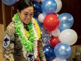 Perempuan berseragam militer sedang memotong kue (U.S. Air Force/Keith Keel)