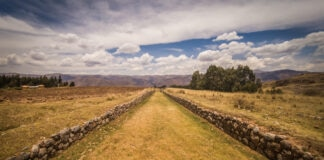 Trilha gramada cercada por paredes de pedra (© Erlantz Perez Rodriguez/Alamy)