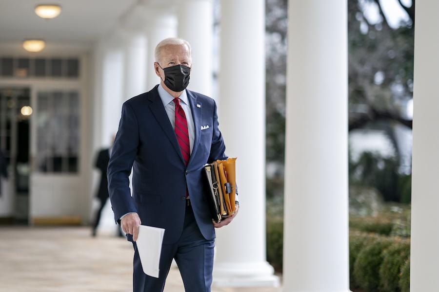 1月28日,拜登总统行经白宫柱廊,左手拿着一大叠文件(照片:白宫)