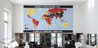 """""""无国界记者""""巴黎总部悬挂的最新""""全球新闻自由地图""""(照片:美联社)"""
