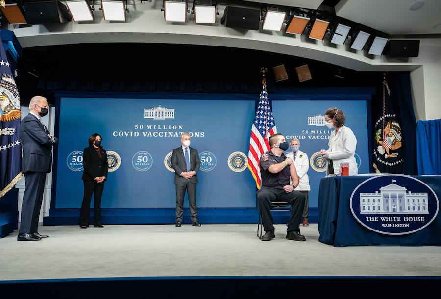 2月25日,拜登总统(左一)、卡玛拉·哈里斯副总统(左二)及其他政府官员在庆祝5000万剂疫苗接种仪式上观看华盛顿特区消防队员科里·汉密尔顿接种疫苗。(照片:白宫)