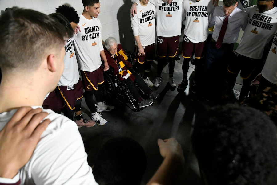 杰恩修女带领球员做赛前祷告(照片:美联社)