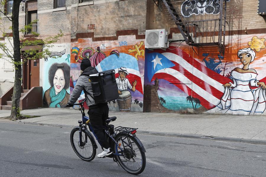 这是一名送餐骑手在纽约市布鲁克林区的送餐路上。(美联社图片)