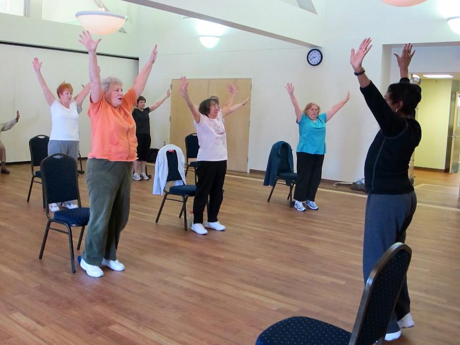 南卡州一个老人中心的居民参加健康操班锻炼(照片:美联社)