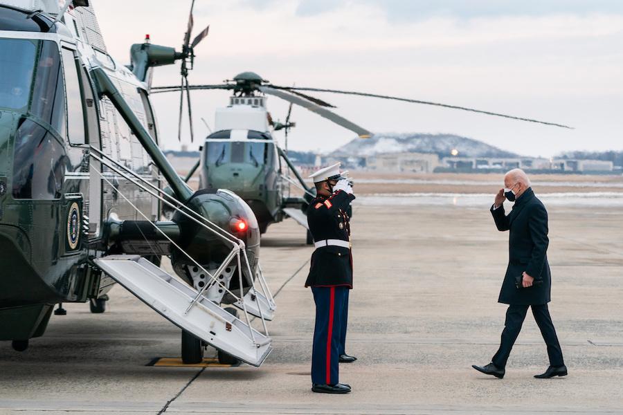 2月19日,拜登总统在登上海军陆战队一号时向守卫军人回礼。总统登机前向守卫军人回礼是白宫的传统。(照片:白宫)