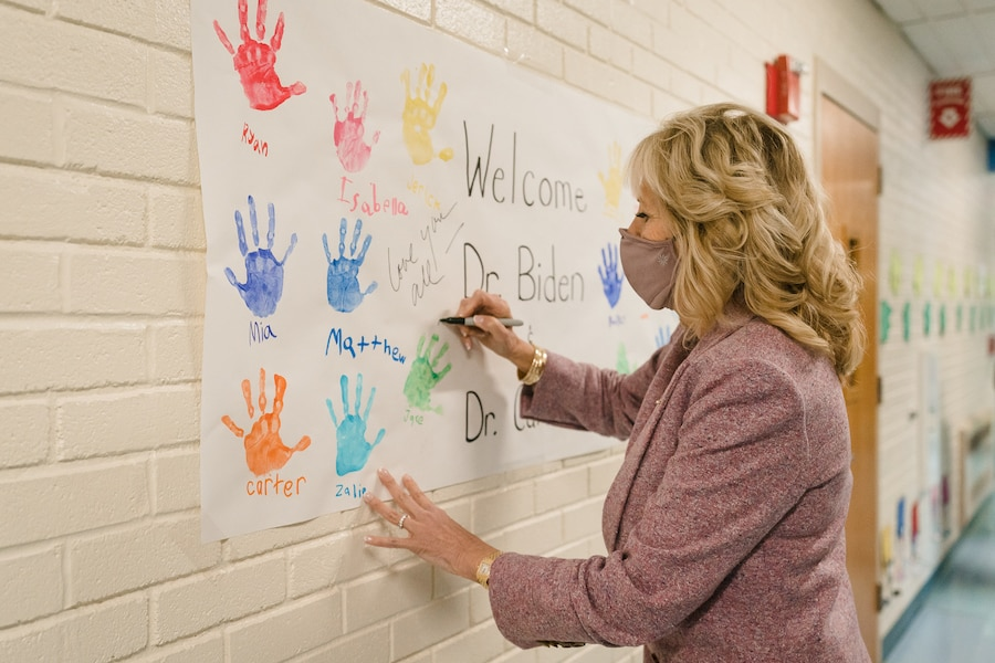3月3日,第一夫人吉尔·拜登在访问康涅狄格州本杰明·富兰克林小学时,在学校欢迎她的墙报上签名。(照片:Kevin Lowery)