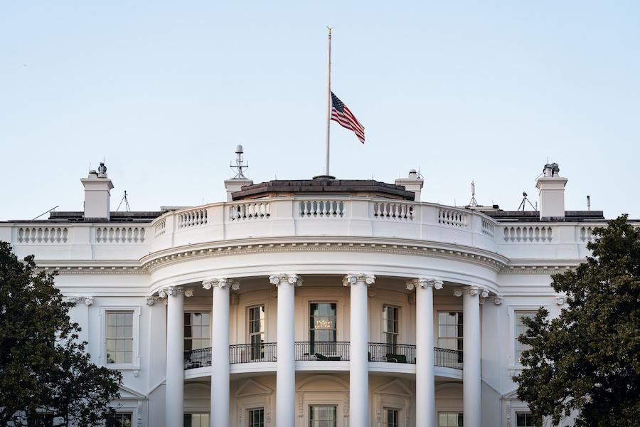 2月22日,白宫下半旗悼念50万死于新冠病毒的民众。(照片:白宫)