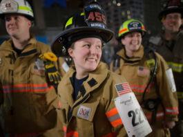 Des pompières en tenue de feu, souriantes (© John Minchillo/AP Images)