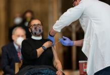 A nun is receiving an injection in the arm (© Manuel Balce Ceneta/AP Images)