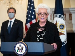 Gayle Smith en un atril con Antony Blinken detrás (© Al Drago/AP Images)