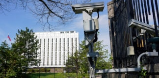Des caméras de surveillance à l'extérieur d'un bâtiment (© Carolyn Kaster/AP Images)