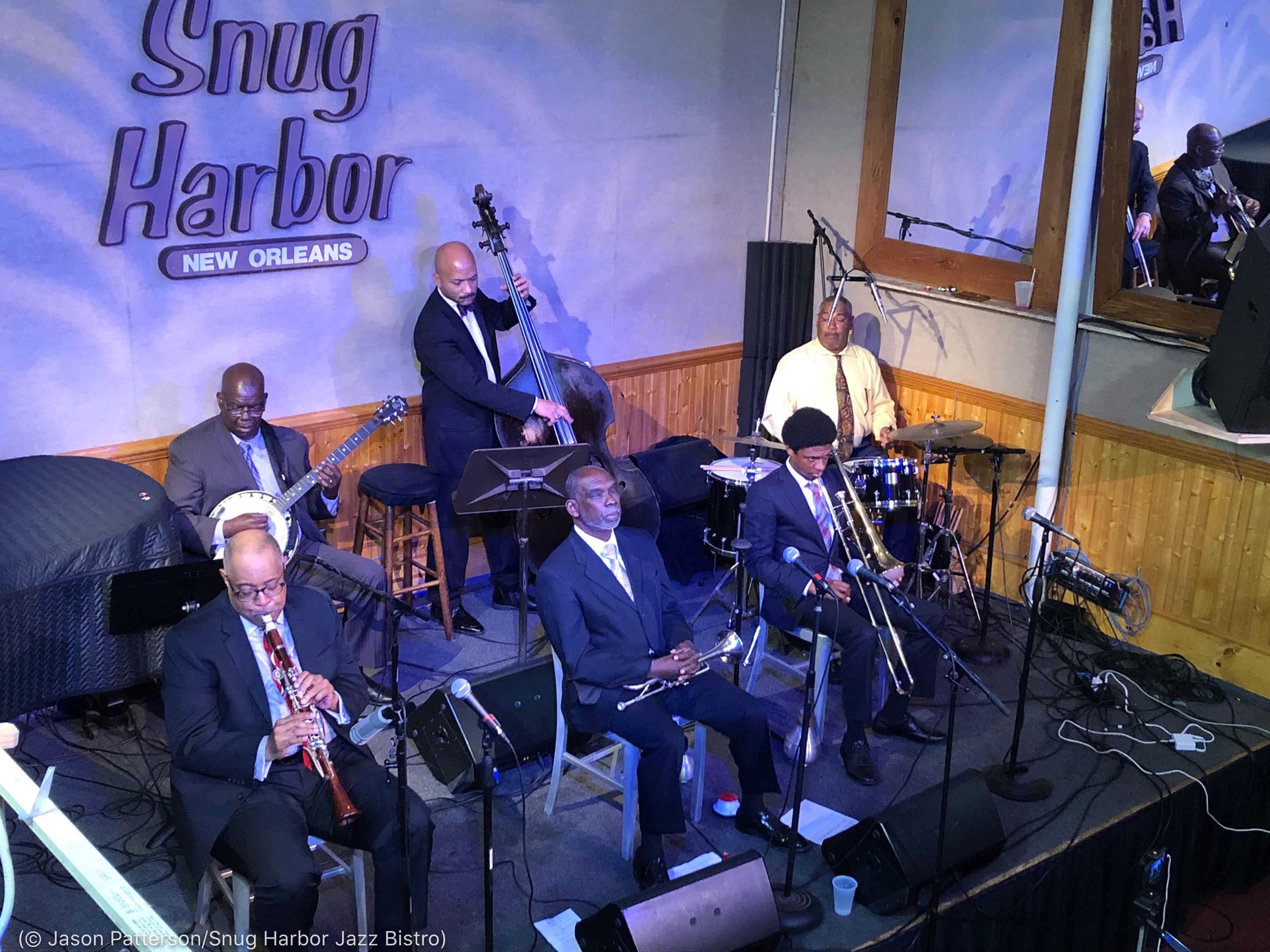 Músicos tocando instrumentos en el escenario del club (© Jason Patterson/Snug Harbor Jazz Bistro)