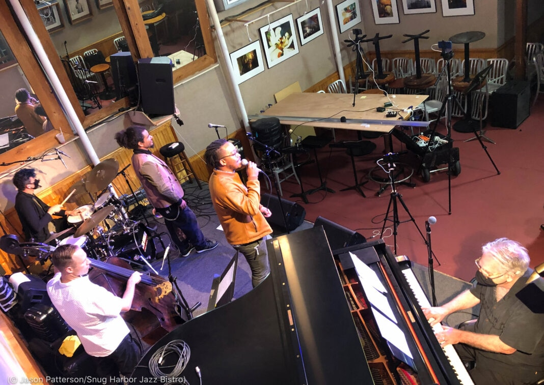 Musicians performing in room with no patrons (© Jason Patterson/Snug Harbor Jazz Bistro)