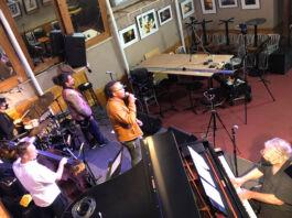 Музыканты выступают в зале без зрителей (© Jason Patterson/Snug Harbor Jazz Bistro)