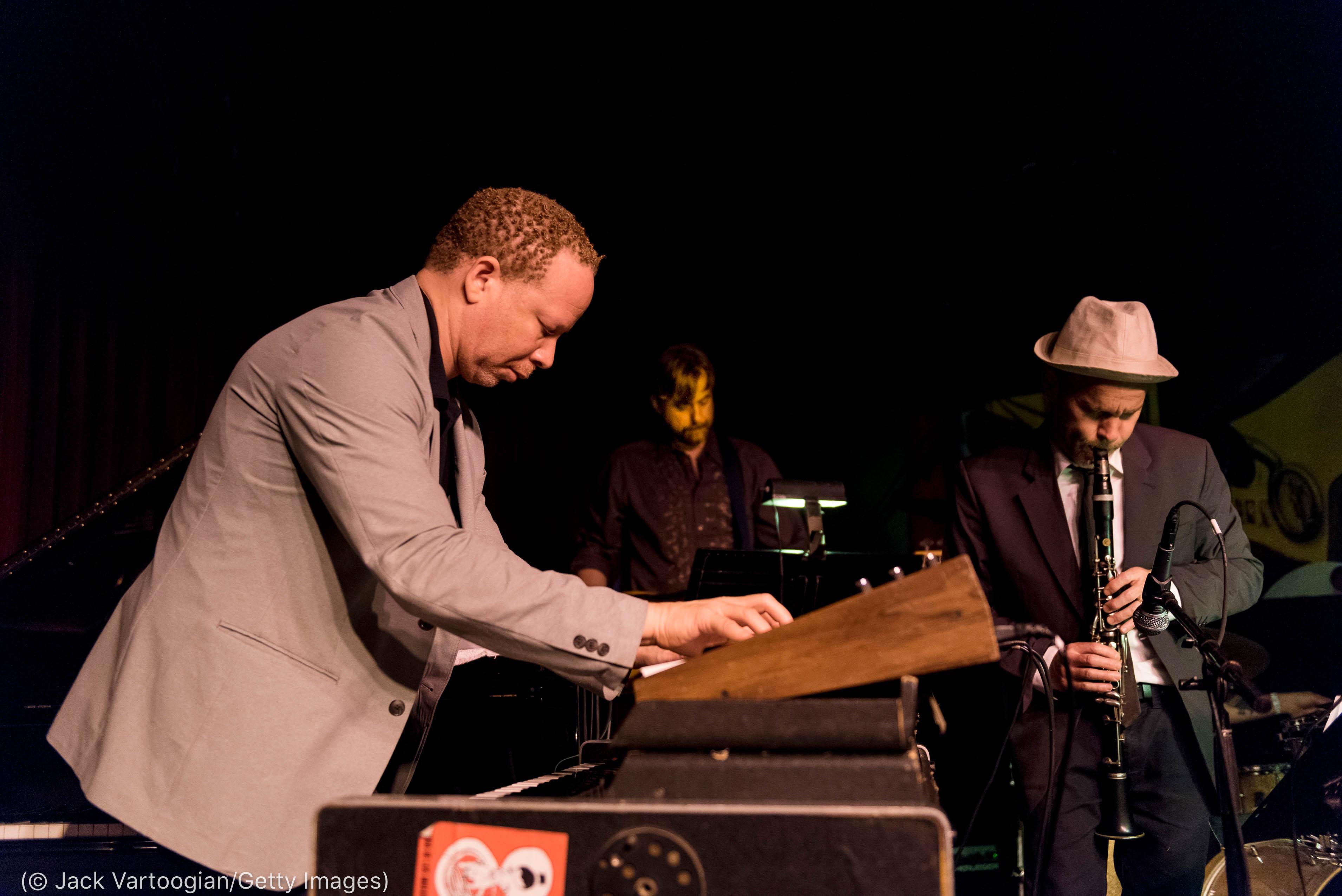 Tres personas tocando instrumentos (©Jack Vartoogian/Getty Images)