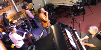 Músicos se apresentam em casa de show sem a presença do público (© Jason Patterson/Snug Harbor Jazz Bistro)