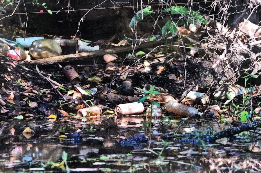 这是清理前俄罗斯河沿岸人们丢弃的垃圾(翻拍自俄罗斯河守护者公园展示牌)