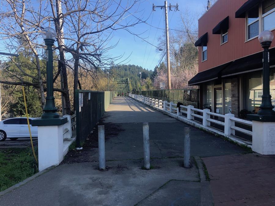 从格内维尔通过这座建于1932年的步行桥,就是公园的入口(Jianan)