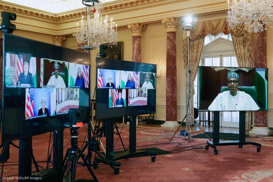 Tela de computador mostrando videoconferência de líderes mundiais (© AP Images)