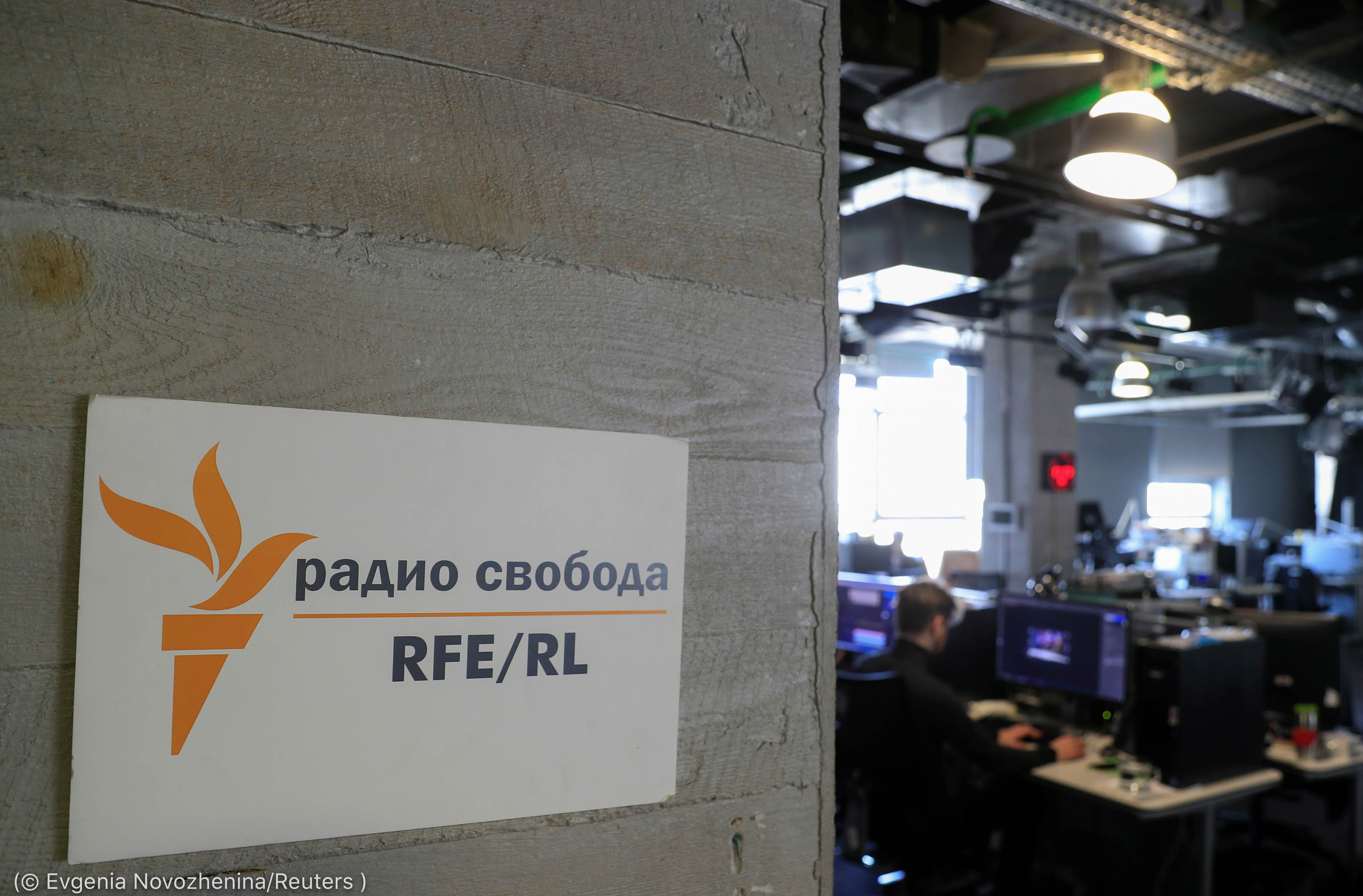 Assine a Rádio Europa Livre/Rádio Liberdade fora da redação (© Evgenia Novozhenina/Reuters)