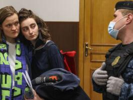 Deux femmes se serrant l'une contre l'autre, sous les yeux d'un policier (© Vladimir Gerdo/TASS/Getty Images)
