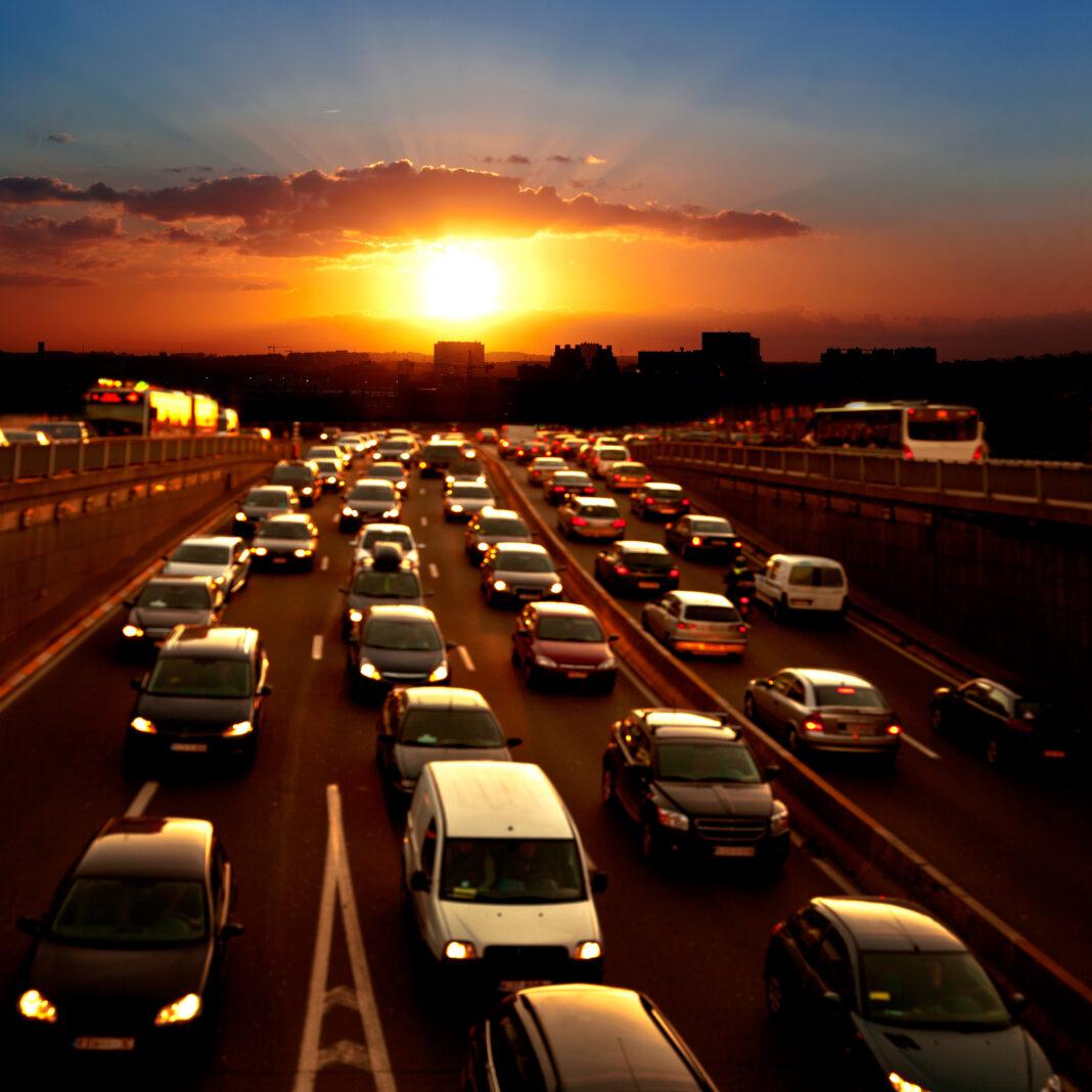 اتومبیل های هنگام غروب در جاده (© Artens / Shutterstock)