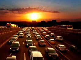 غروب آفتاب کے وقت سڑکوں پر گاڑیاں (© Artens/Shutterstock)