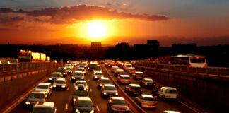 Автомобили на шоссе на фоне заката (