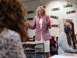 Jill Biden s'adressant à des élèves dans une classe (© Mandel Ngan/AP Images)