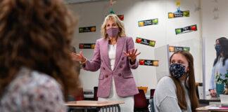 Jill Biden conversa com alunos em uma sala de aula (© Mandel Ngan/AP Images