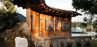 """班布里奇岛排斥日裔美国人纪念园""""故事墙""""刻有227名日裔的名字(照片:班布里奇岛排斥日裔美国人纪念园协会)"""