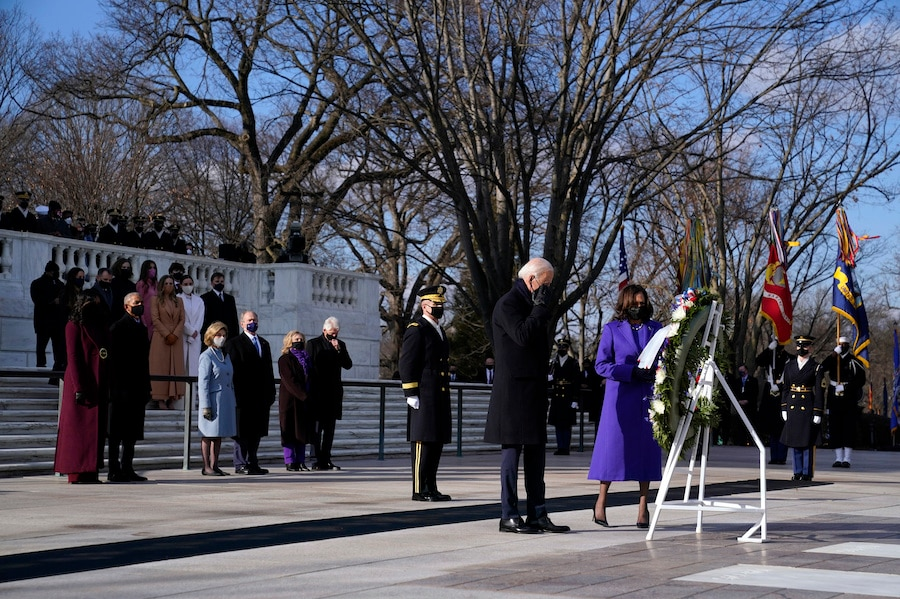 拜登总统在就职典礼后,与副总统哈里斯前往阿灵顿国家公墓,在前总统奥巴马夫妇、小布什夫妇和克林顿夫妇的陪同下,向无名将士墓献花。(美联社图片)