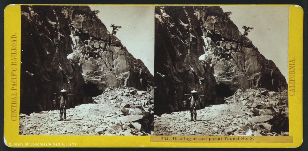 পাথুরে দৃশ্যপটে দাঁড়িয়ে থাকা ব্যক্তির দুটি ছবি (লাইব্রেরি অফ কংগ্রেস/আলফ্রেড এ. হার্ট)