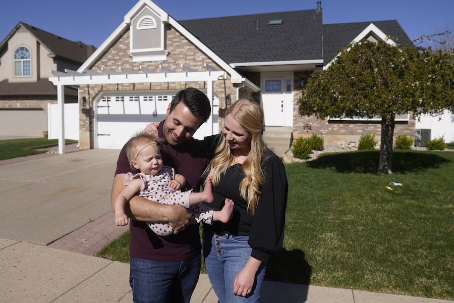 犹他州一个小家庭的甜蜜合影(照片:美联社)