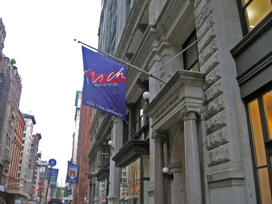 这是纽约大学蒂施艺术学院位于曼哈顿的主要大楼以及悬挂的校旗(公共领域)