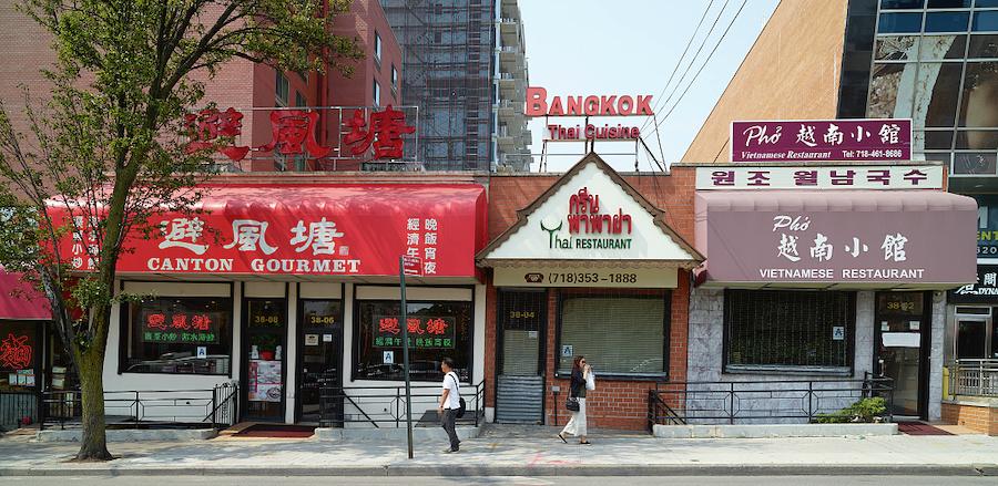 这是纽约市皇后区法拉盛的街景,中餐馆、泰式餐厅和越南馆连成一排。(国会图书馆)
